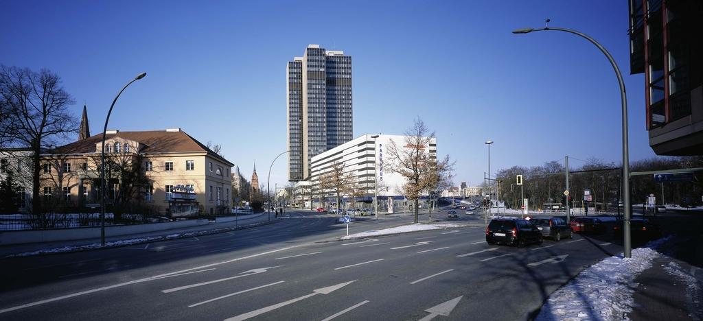 Rathaus Steglitz Blick zum Gutshaus und Kreisel und Stadt-Autobahn-Auffahrt Schöneberg (c) Mila Hacke